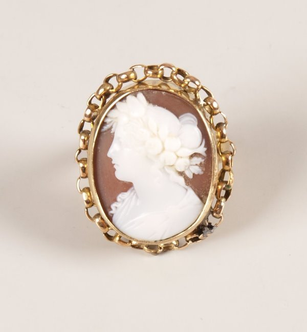 4: 9ct gold oval cameo set ring depicting a classical l