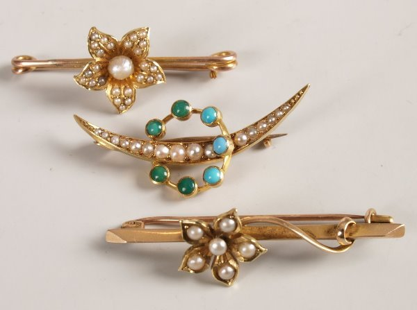 25: Three 15ct gold brooches to include a seed pearl an