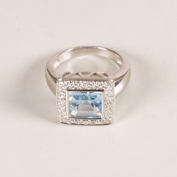 510: 18ct white gold blue topaz and diamond set cluster