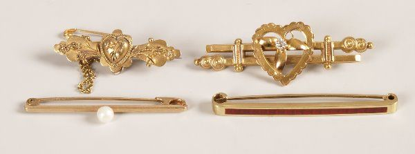 712: A collection of bar brooches, to include a 15ct go