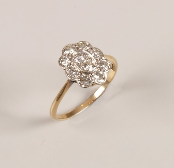 3: 18ct gold diamond cluster ring, set two central roun