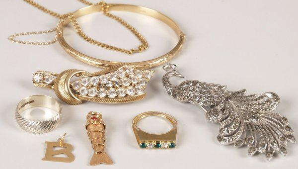 6: A small collection of items, to include a 9ct gold h
