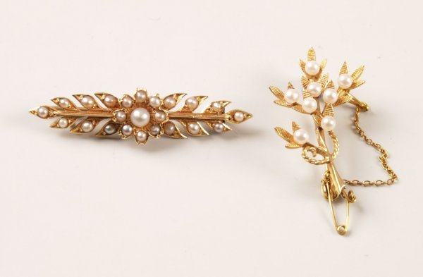 10: 9ct gold cultured pearl floral spray brooch and a V