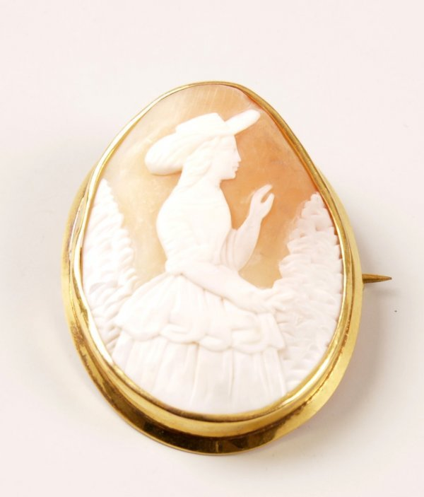 11: 9ct gold oval cameo brooch with a plain frame, depi
