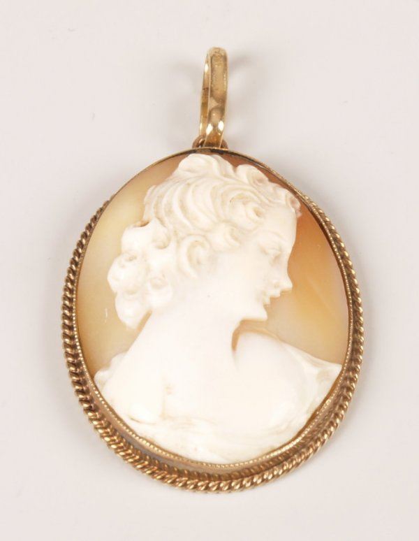 20: 9ct gold oval shell cameo pendant depicting a class