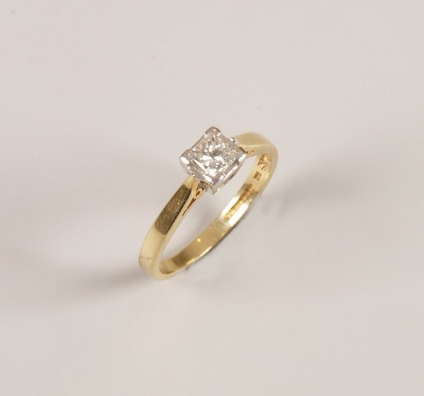 172: 18ct gold single stone princess cut diamond set ri
