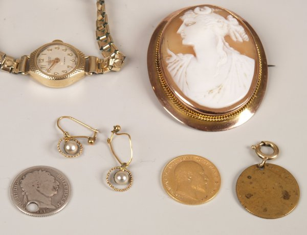 23: A small collection of items, to include a 9ct gold
