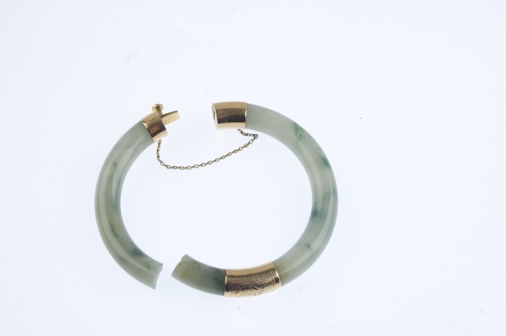An early 20th century gold jade bangle, AF. The jade - 2