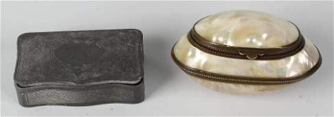 A late Victorian pewter snuff box the hinged opening