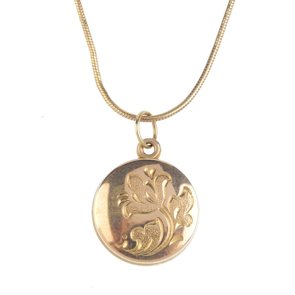 A selection of 9ct gold jewellery. To include a floral