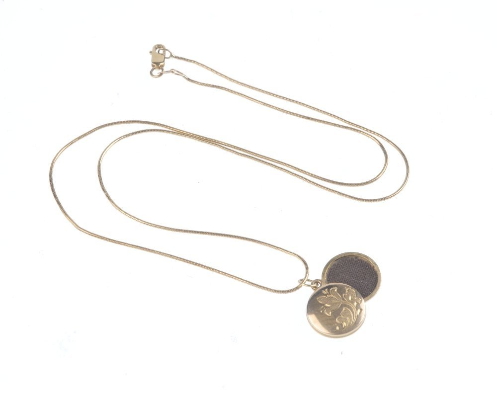 A selection of 9ct gold jewellery. To include a floral - 2