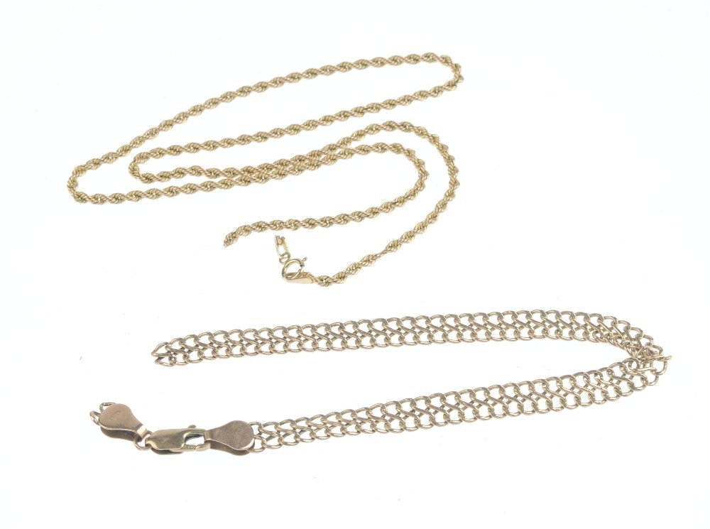 A selection of 9ct gold jewellery. To include a floral - 3