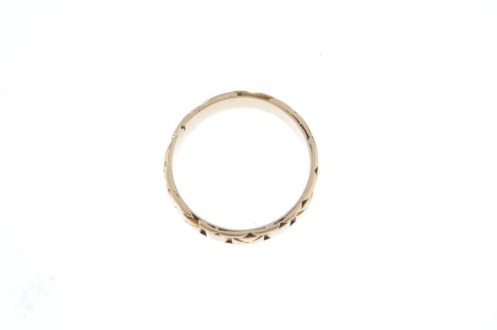 A late Victorian 18ct gold band ring. Designed as an - 2