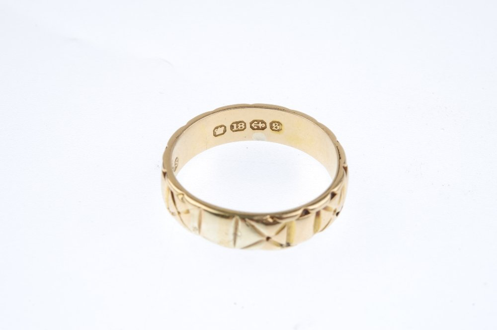 A late Victorian 18ct gold band ring. Designed as an - 3