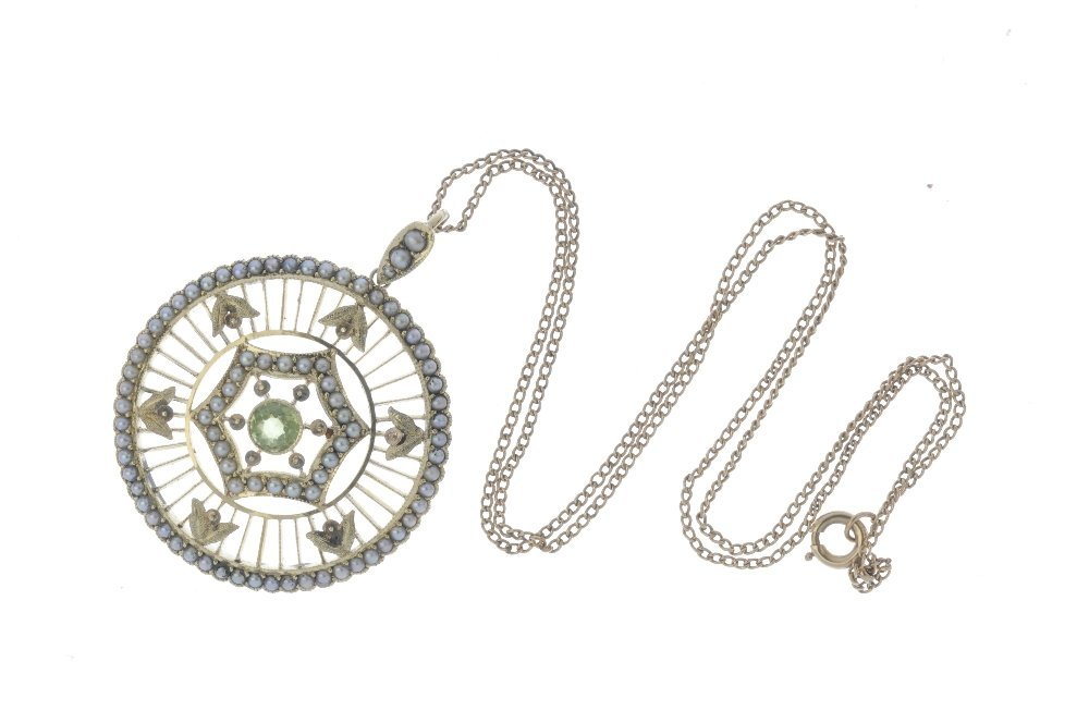 An early 20th century 15ct gold peridot and split pearl - 3