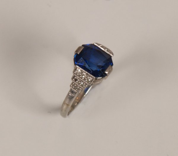 23: 18ct gold and platinum trap cut synthetic sapphire