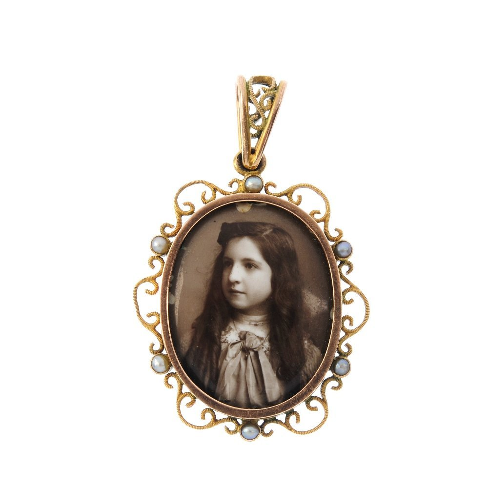 An Edwardian 9ct gold split pearl photograph locket.