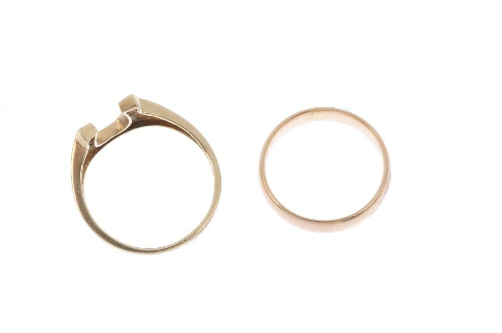 Two 9ct gold rings. The first designed as a single-cut - 2