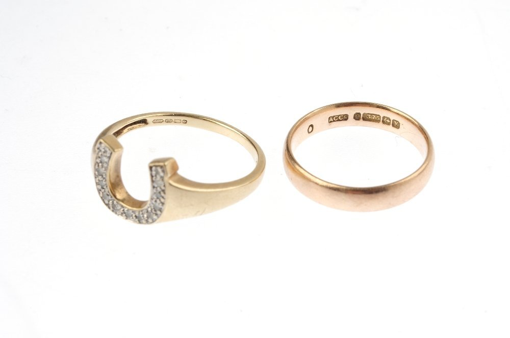 Two 9ct gold rings. The first designed as a single-cut - 3