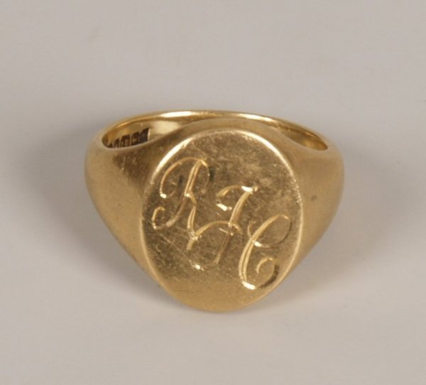 9: A gentleman's 18ct gold heavy oval top signet ring.