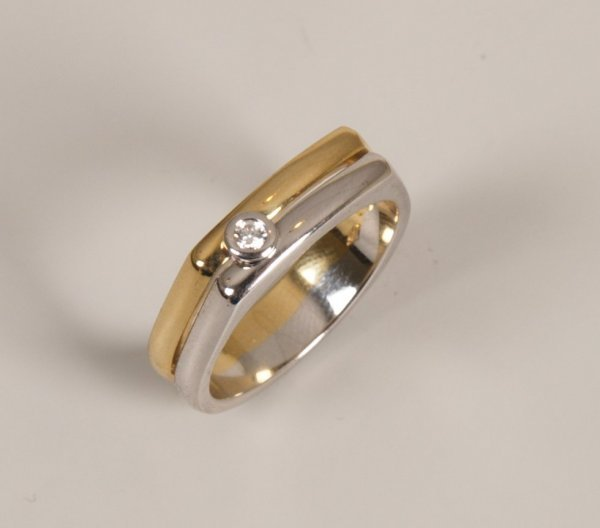 11: 18ct bi-colour gold two row band ring collet set wi