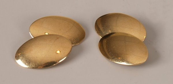 16: A pair of 18ct gold oval chain link cufflinks. Tota