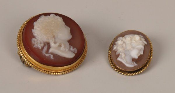 286: Two items of jewellery to include an oval cameo pe