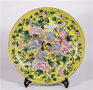 A CHINESE YELLOW GROUND FAMILLE ROSE PORCELAIN PLATE