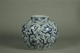 A BLUE AND WHITE 'DRAGON' PORCELAIN JAR