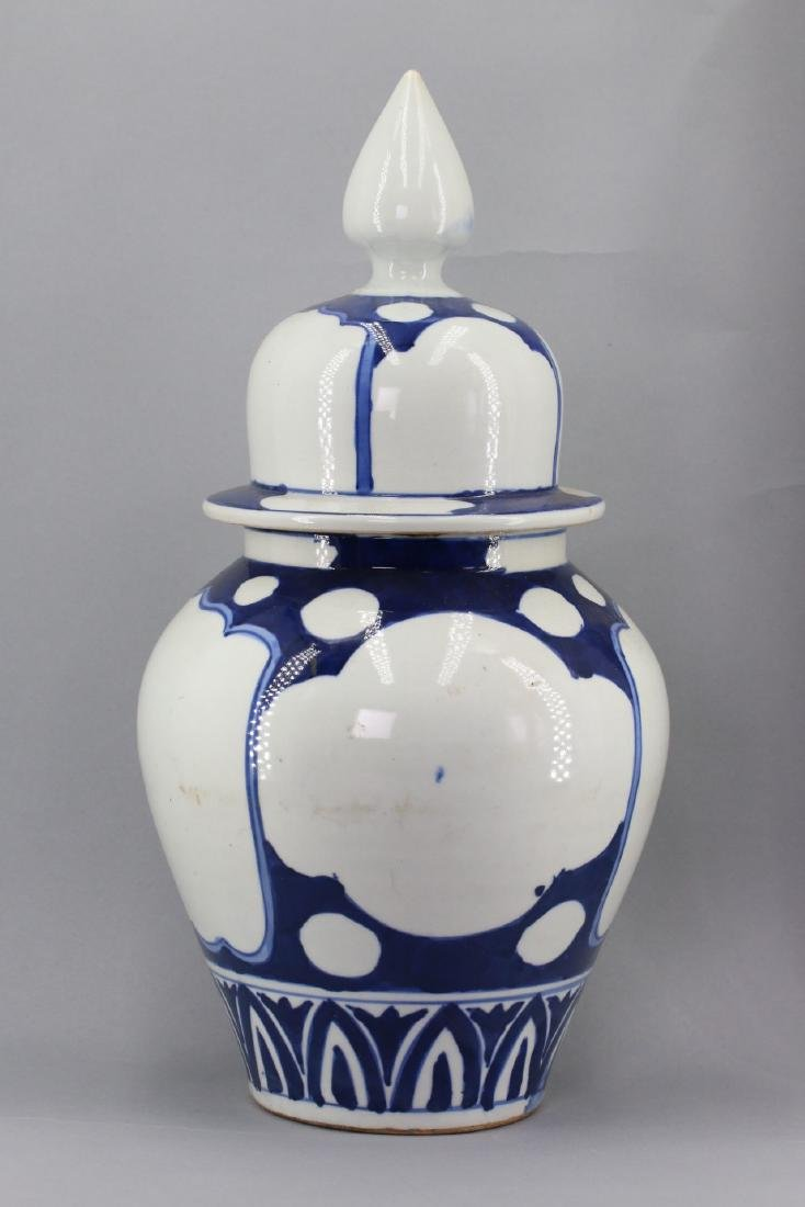 A Chinese Blue and White Porcelain Vase with Lid, Qing