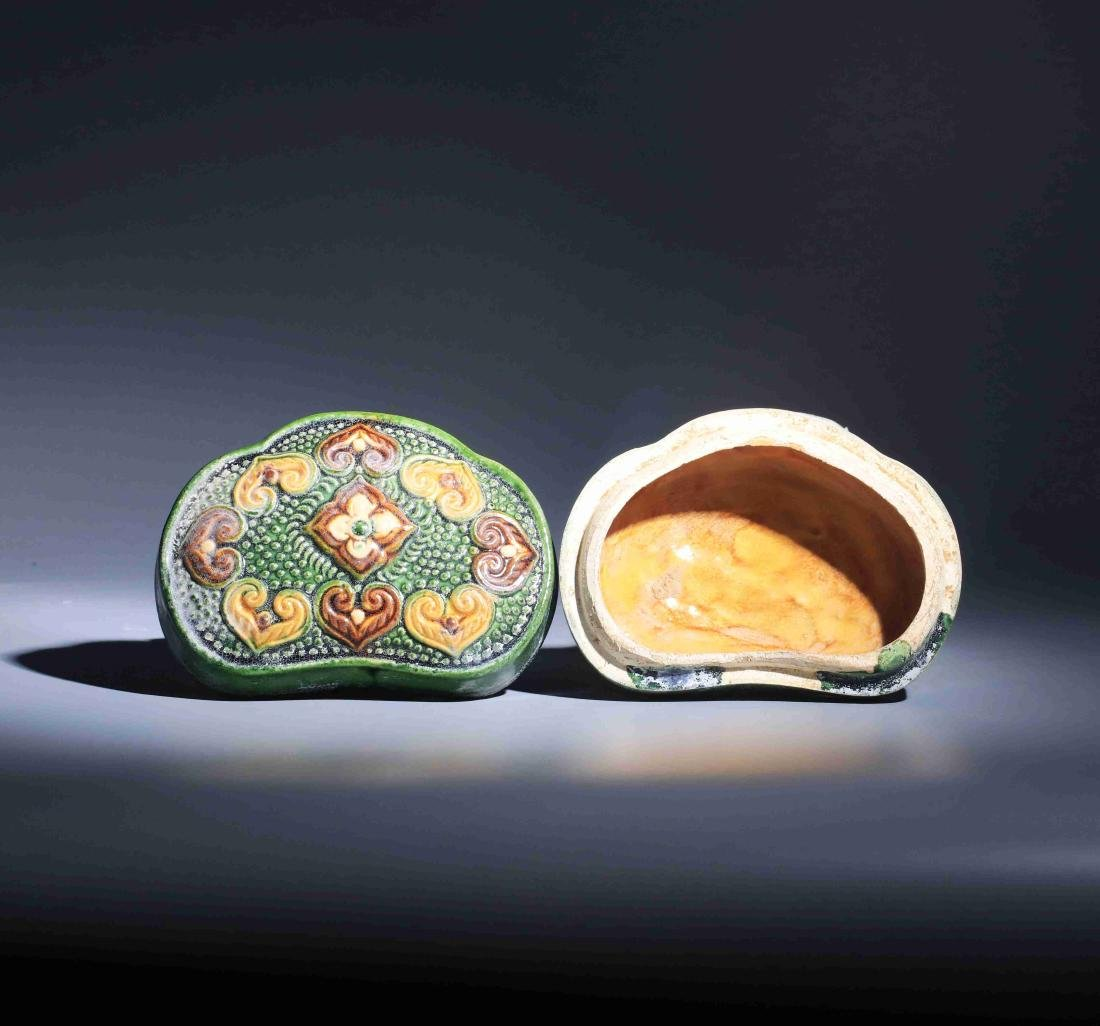GONGXIAN KILN TRICOLORED GOOD FORTUNE POWDER BOX