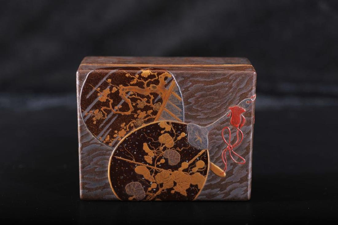 Japanese lacquer box decorated with fans with gilt
