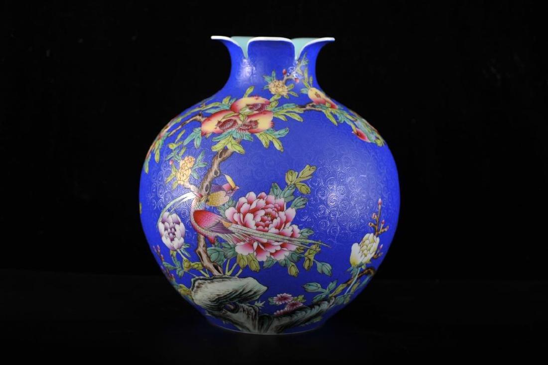 Chinese globular vase decorated with pomegranates upon
