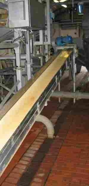 18: Inclined plastic belt conveyor
