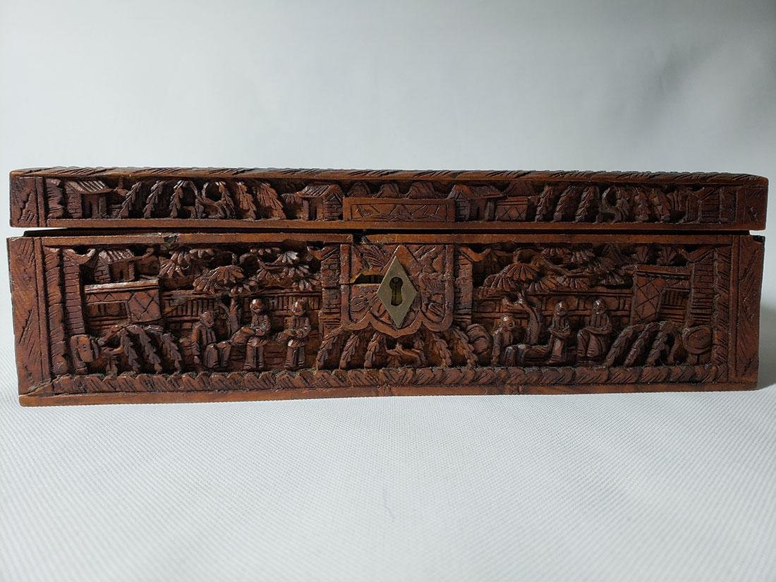 A very fine carved chinese wooden box with figures - 2