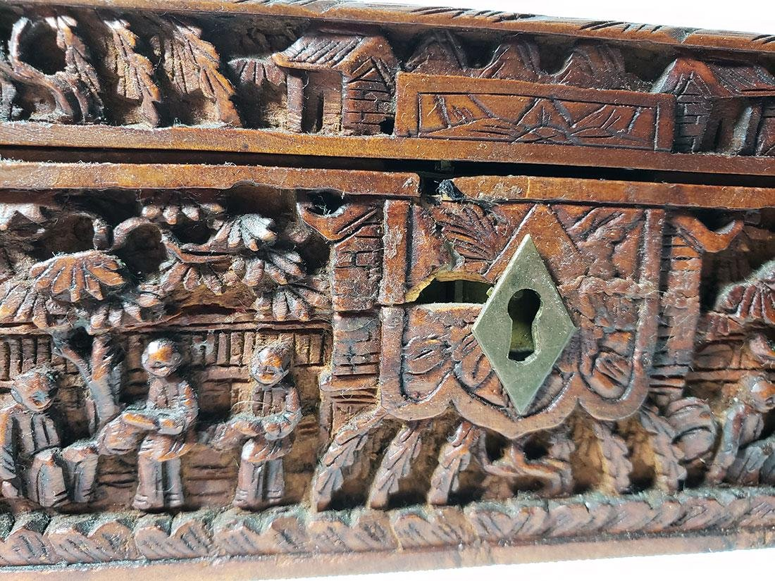 A very fine carved chinese wooden box with figures - 3