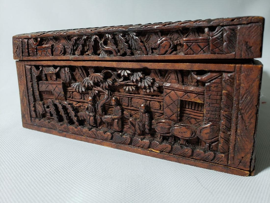 A very fine carved chinese wooden box with figures - 5