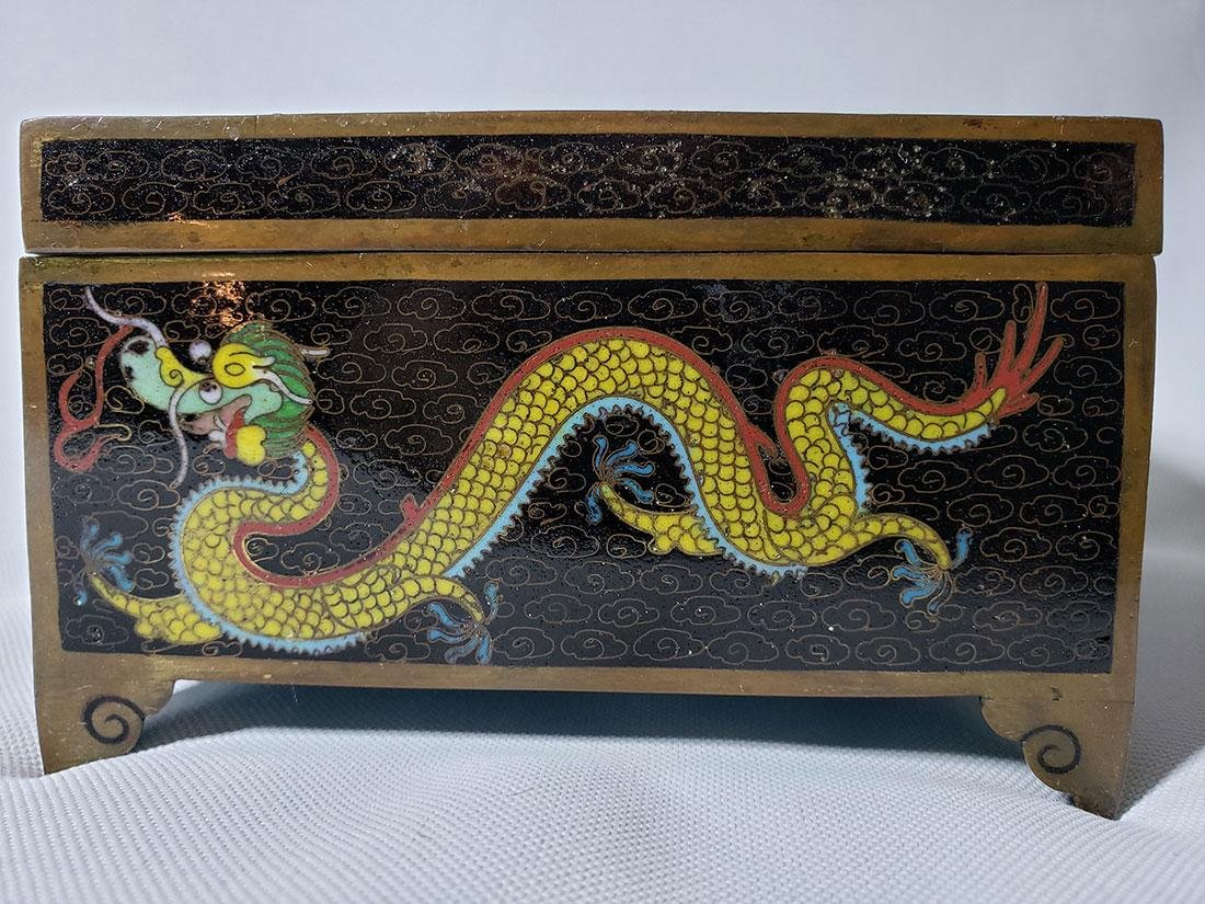 A fine vintage Chinese cloisonne box with dragons - 2
