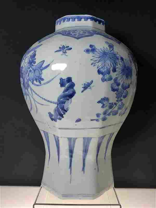 A fine transitional Chinese blue & white vase 1630-1683