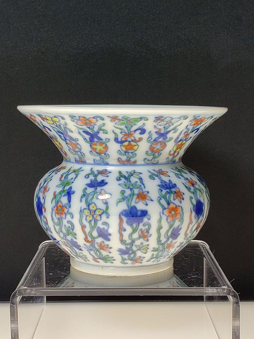 A fine Chinese porcelain vase with mark