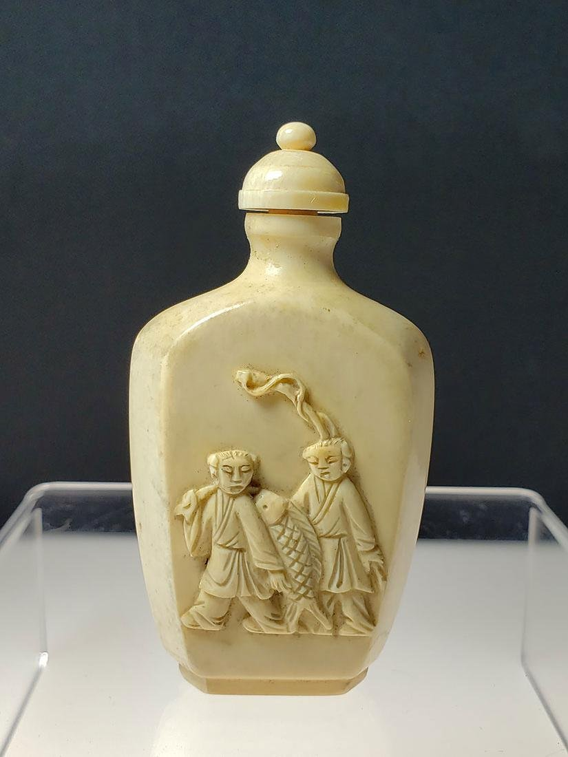 OLD Chinese snuff bottle with marks and a figure - 4