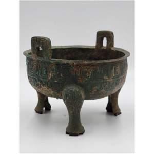 A Chinese Archaic Bronze Tripod Cense / Food Vessel