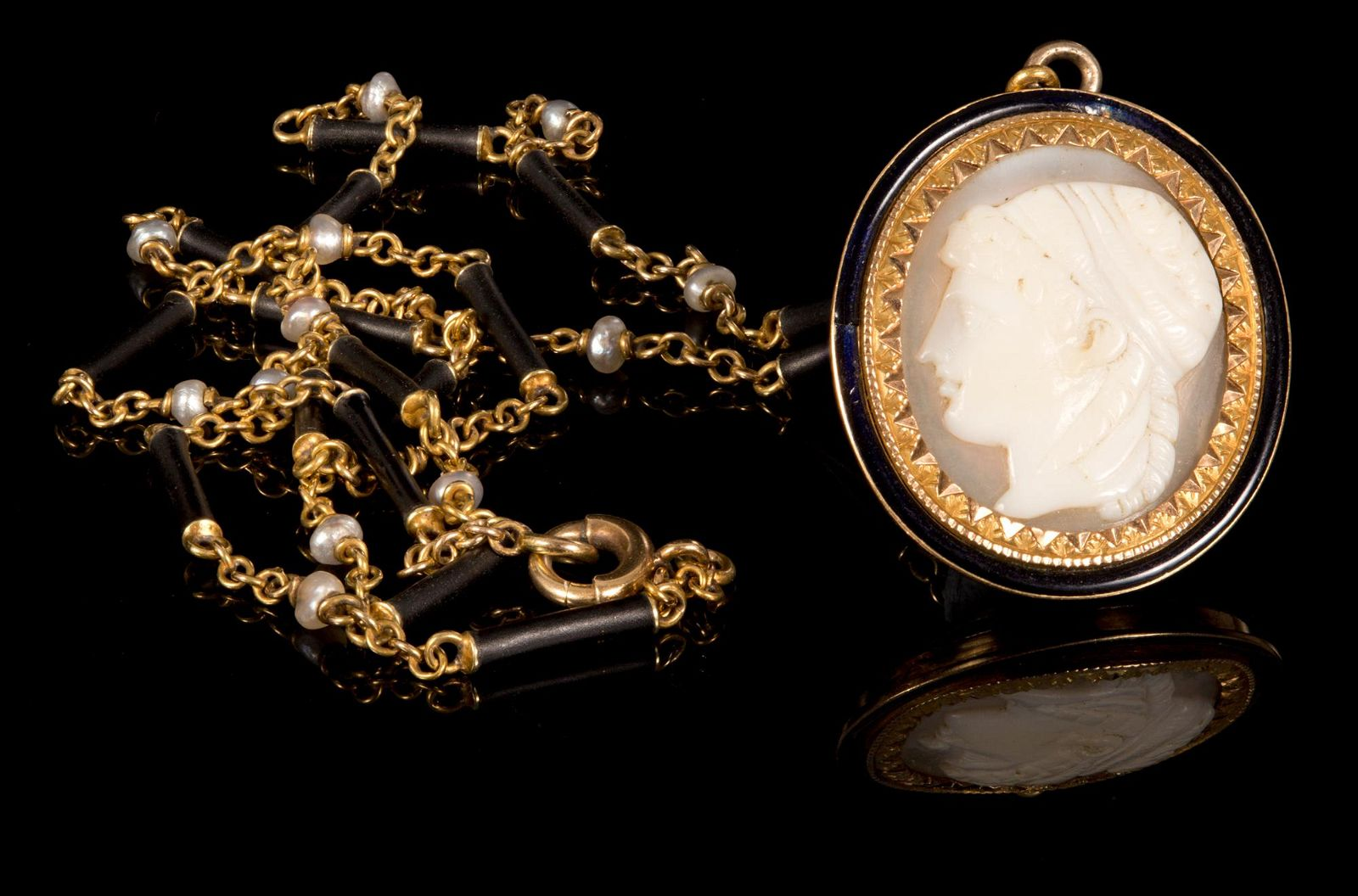 A Georgian 18K Yellow Gold, Cameo and Seed Pearl