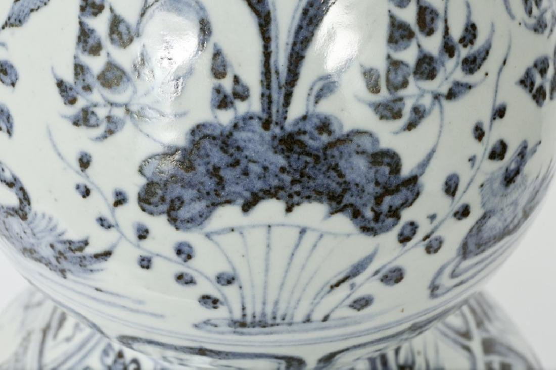 A Chinese Yuan dynasty blue and white gourd vase - 4