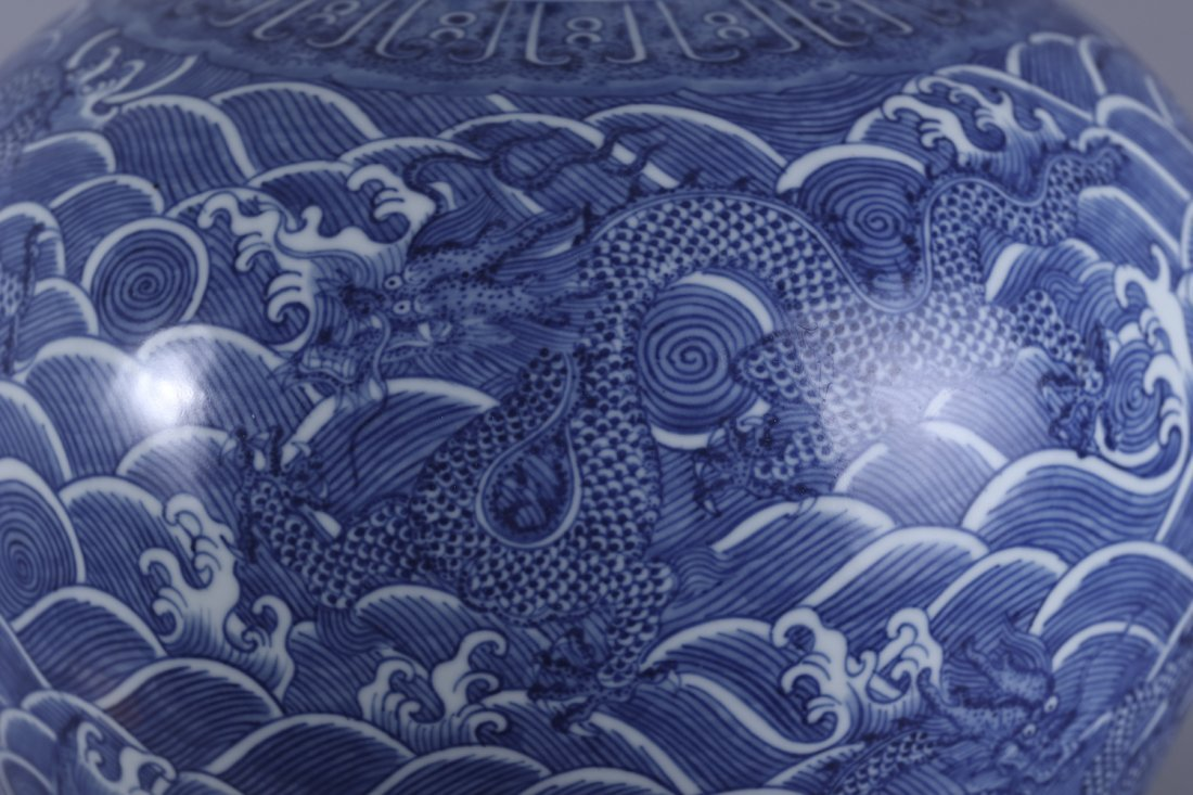 A Chinese Qing dynasty blue and white vase - 10