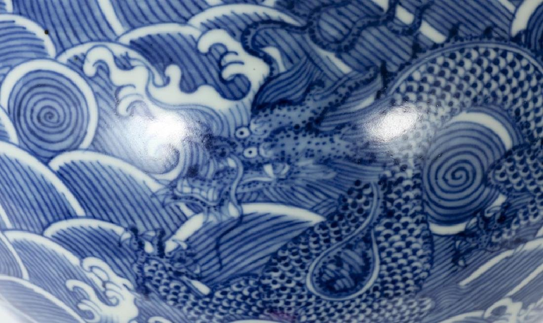 A Chinese Qing dynasty blue and white vase - 3