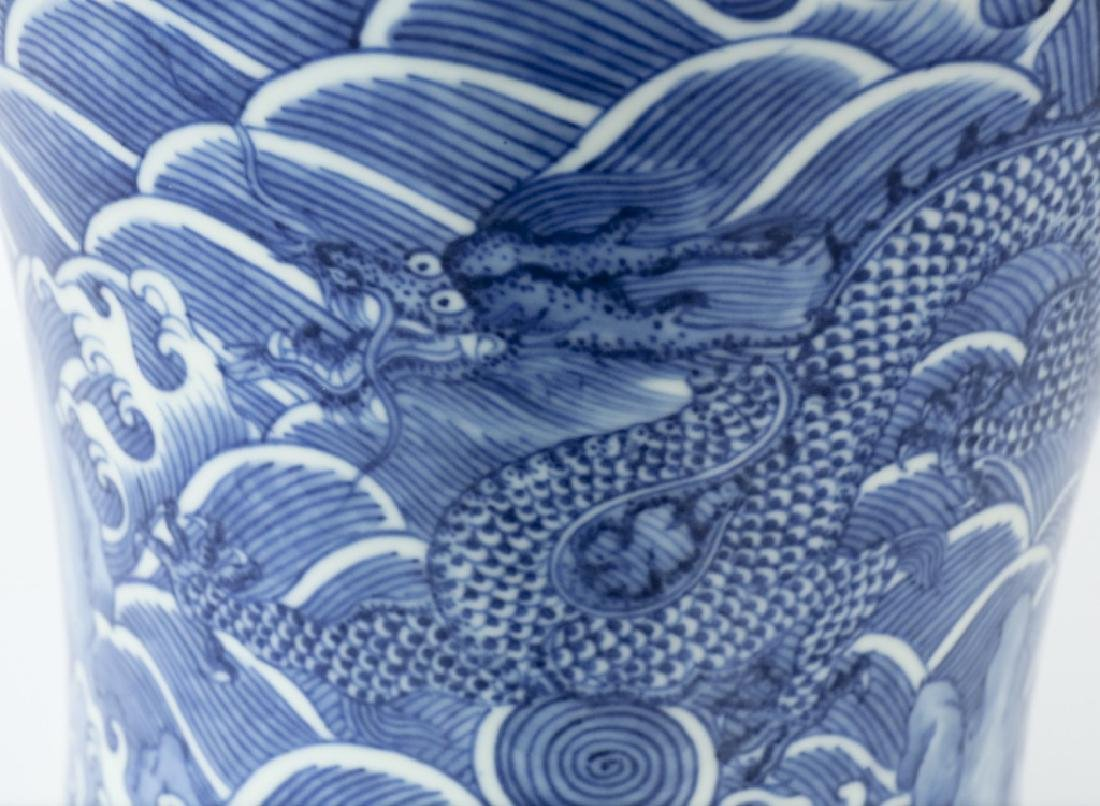 A Chinese Qing dynasty blue and white vase - 4