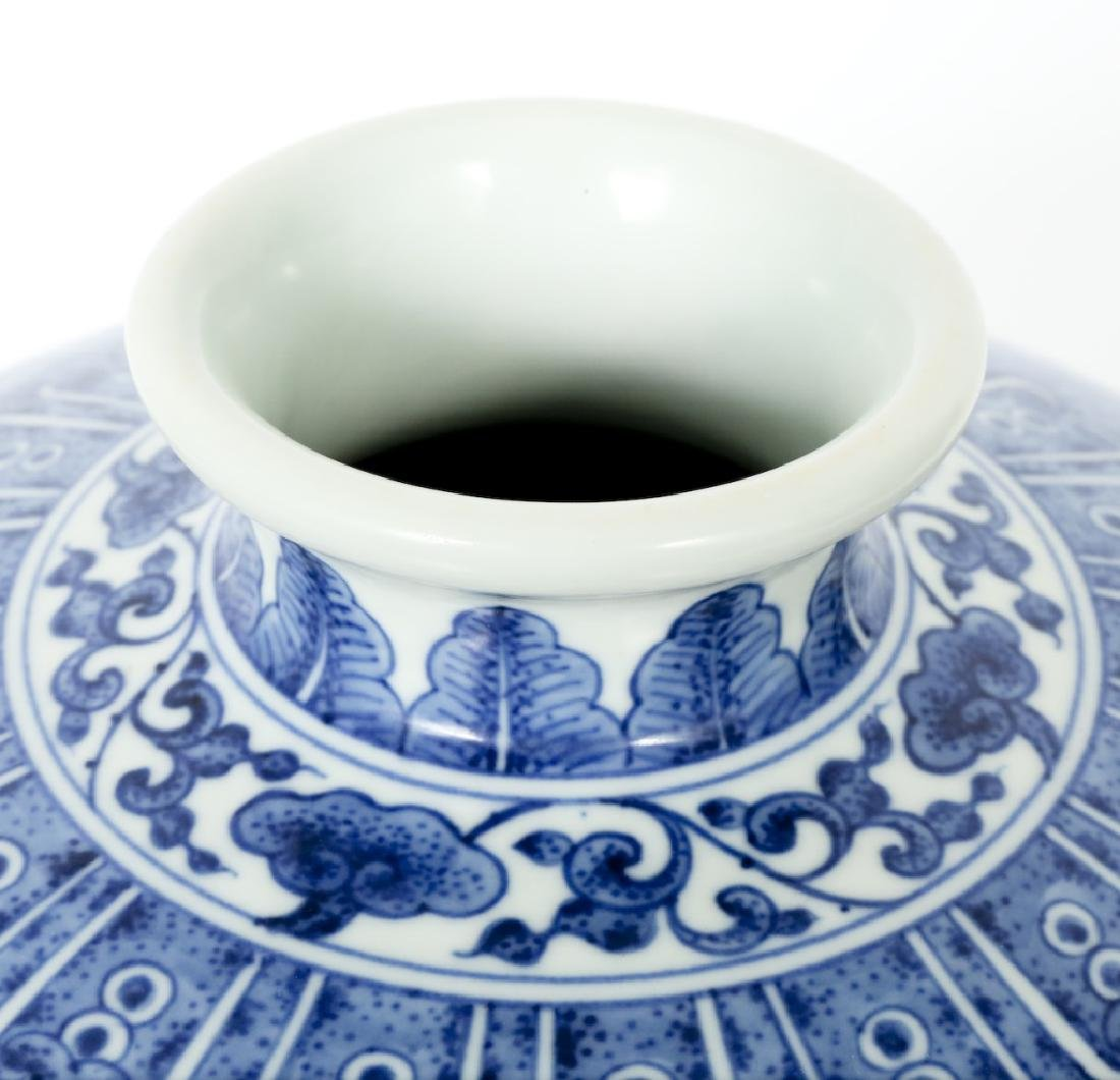 A Chinese Qing dynasty blue and white vase - 5