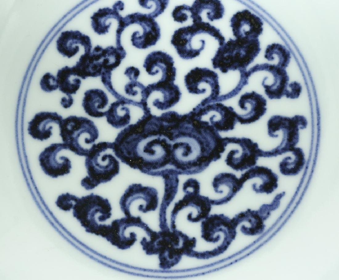 A Chinese Ming dynasty blue and white bowl - 4