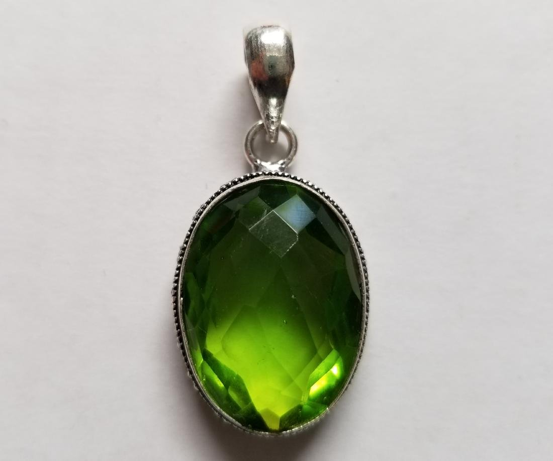 SHINY PERIDOT WITH VINTAGE STYLE .925 SILVER GEMSTONE
